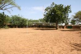 Espace de détente devant le foyer avec filet de volley ball
