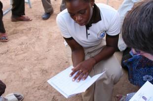 Une filleule nous présente le livre de comptes qu'elle tient pour les dépenses quotidienne du foyer