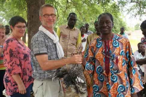 Echanges de cadeaux lors de la réunions avec les villageois de Mankoula