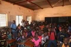 Une classe de l'école Sig Noghin B en périphérie de Ouagadougou (env. 100 par classe)