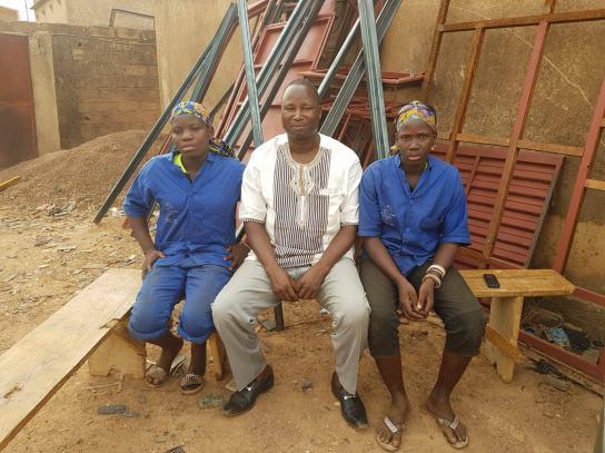 Notre correspondant Bila entouré des 2 apprenties